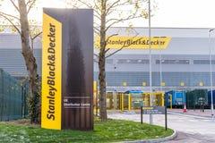 Northampton 9 de dezembro de 2017 BRITÂNICO: O logotipo mercante de Stanley Black And Decker Builders assina dentro a propriedade imagens de stock royalty free