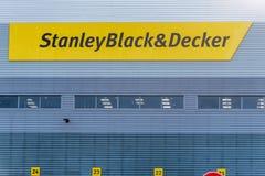 Northampton 9 de dezembro de 2017 BRITÂNICO: O logotipo mercante de Stanley Black And Decker Builders assina dentro a propriedade imagem de stock