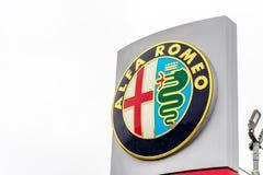 Northampton 3 de febrero de 2018 BRITÁNICO: Soporte de la muestra del logotipo de Alfa Romeo en el centro de Northampton Town fotografía de archivo libre de regalías