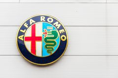 Northampton 3 de febrero de 2018 BRITÁNICO: Soporte de la muestra del logotipo de Alfa Romeo en el centro de Northampton Town imagen de archivo