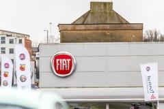 Northampton 3 de febrero de 2018 BRITÁNICO: Soporte de la muestra del logotipo de Fiat en el centro de Northampton Town imágenes de archivo libres de regalías
