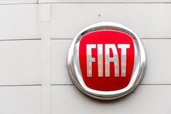 Northampton 3 de fevereiro de 2018 BRITÂNICO: Suporte do sinal do logotipo de Fiat no centro de Northampton Town fotografia de stock