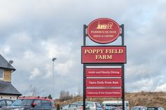 Northampton 15 de janeiro de 2018 BRITÂNICO: Cargo de sinal do logotipo de Poppy Field Farmhouse Inn em Duston fotografia de stock