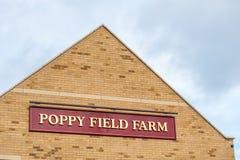 Northampton 15 de janeiro de 2018 BRITÂNICO: Cargo de sinal do logotipo de Poppy Field Farmhouse Inn em Duston imagens de stock royalty free