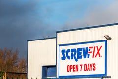 Northampton 10 de janeiro de 2018 BRITÂNICO: Screwfix abre o cargo de sinal de um logotipo de 7 dias Imagem de Stock Royalty Free