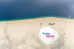 Northampton 10 de janeiro de 2018 BRITÂNICO: Sinal do logotipo dos Gyms da bomba no exterior do clube desportivo imagens de stock royalty free