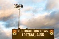 Northampton 4 de janeiro de 2018 BRITÂNICO: Suporte dos dispositivos bondes do clube do futebol de Northampton Town no parque do  foto de stock royalty free