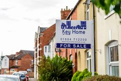 Northampton 3 de outubro de 2017 BRITÂNICO: Bandeira home chave dos agentes imobiliários com propriedade para o texto da venda Imagens de Stock