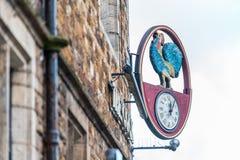 Northampton 6 gennaio 2018 BRITANNICO: Il logo del gallo cede firmando un documento il muro di mattoni del pub Fotografia Stock Libera da Diritti