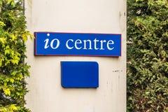 Northampton 11 gennaio 2018 BRITANNICO: Segnale stradale di logo del centro di IO Immagine Stock