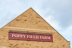Northampton Großbritannien am 15. Januar 2018: Poppy Field Farmhouse Inn-Logowegweiser in Duston Lizenzfreie Stockbilder
