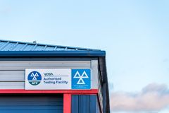 Northampton Großbritannien am 4. Januar 2018: VOSA berechtigte Prüfeinrichtung unterzeichnet herein Sixfields-Industriepark lizenzfreie stockfotografie