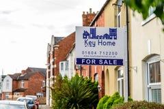 Northampton Großbritannien am 3. Oktober 2017: Schlüsselhauptimmobilienmaklerfahne mit Eigentum für Verkaufstext stockbilder
