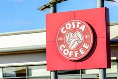 Northampton, Großbritannien - 25. Oktober 2017: Tagesansicht schoss von Costa Coffee-Logo im Flussufer-Einkaufszentrum stockbild