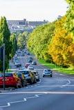 Northampton het UK - 15 Augustus 2017: Bewolkte Dagcityscape Mening van Northampton het UK met weg in voorgrond Royalty-vrije Stock Foto