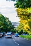 Northampton het UK - 15 Augustus 2017: Bewolkte Dagcityscape Mening van Northampton het UK met weg in voorgrond Royalty-vrije Stock Afbeeldingen