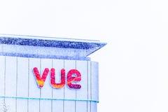 Northampton het UK 09 December, 2017: VUE het teken van het vermaakembleem in de stadscentrum van Northampton onder sneeuwdaling Stock Fotografie
