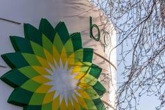 Northampton, het UK - 25 Februari, 2018: Dagmening van het embleem van British Petroleum BP in stadscentrum Stock Afbeelding