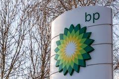 Northampton, het UK - 25 Februari, 2018: Dagmening van het embleem van British Petroleum BP in stadscentrum Royalty-vrije Stock Afbeelding