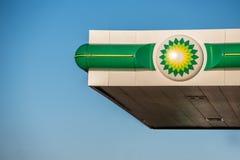Northampton, het UK - 25 Februari, 2018: Dagmening van het embleem van British Petroleum BP in stadscentrum Royalty-vrije Stock Fotografie
