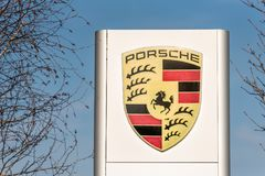 Northampton het UK 24 Februari 2018: Porsche-de tribune van het embleemteken in de Stadscentrum van Northampton Stock Fotografie