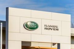 Northampton, het UK - 25 Oct, 2017: Dagmening van het embleem van Landrover range rover bij Rivieroever Kleinhandelspark Royalty-vrije Stock Afbeelding