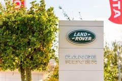 Northampton, het UK - 25 Oct, 2017: Dagmening van het embleem van Landrover range rover bij Rivieroever Kleinhandelspark Royalty-vrije Stock Afbeeldingen