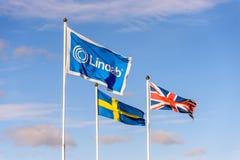 Northampton, het UK - 25 Oct, 2017: Dagmening van Lindab-embleem op vlag bij Rivieroever Kleinhandelspark Stock Foto's