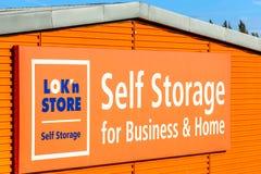 Northampton, het UK - 25 Oct, 2017: Dagmening van LOKn-Opslag Zelfopslag voor bedrijfs en huisembleem bij Rivieroever Kleinhandel Royalty-vrije Stock Fotografie