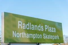 Northampton, het UK - 27 Oct, 2017: De dagmening van Radlands-het embleem van Pleinskatepark voorziet van wegwijzers Stock Afbeelding