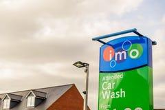 Northampton het UK 3 Oktober, 2017: IMO Bijgewoonde teken van het autowasseretteembleem in de stadscentrum van Northampton Stock Foto's