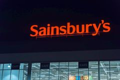 Northampton het UK 3 Oktober, 2017: Het teken van het Sainsburysembleem in de stadscentrum van Northampton Stock Afbeelding
