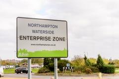Northampton het UK 29 Oktober, 2017: Van de de Waterkantonderneming van Northampton de Streekteken in het Kleinhandelspark van Si Stock Foto
