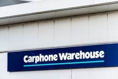 Northampton R-U le 6 janvier 2018 : Courrier de signe de logo de Carphone Warehouse image libre de droits