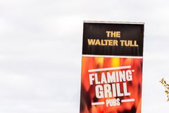 NORTHAMPTON, R-U - 29 OCTOBRE 2017 : La vue de jour a tiré du logo d'amis du feu de Walter Tull Flaming Grill Meat dans la vente  Images stock
