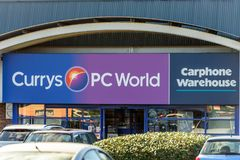 Northampton, R-U - 25 octobre 2017 : Vue de jour de logo de Carphone Warehouse du monde de PC de Currys au parc de vente au détai photo libre de droits