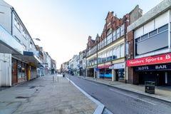 Northampton, Regno Unito - 10 agosto 2017: Chiara vista di mattina del cielo delle vie del centro di Northampton Town della via d Immagine Stock Libera da Diritti