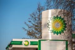 Northampton, Regno Unito - 25 febbraio 2018: Vista di giorno del logo di British-Petroleum BP nel centro città Fotografia Stock Libera da Diritti