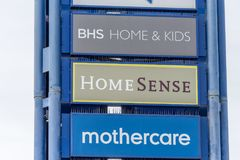 Northampton, Regno Unito - 26 ottobre 2017: La vista di Mothercare BHS si dirige il logo di HomeSense Intersport dei bambini in N Fotografie Stock