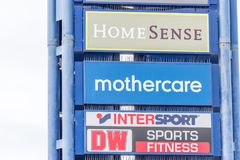 Northampton, Regno Unito - 26 ottobre 2017: Vista del logo di Mothercare DW HomeSense Intersport in Nene Valley Retail Park Immagine Stock
