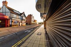Northampton, Reino Unido - 10 de agosto de 2017: Opinião clara da manhã do céu da rua de Abington no centro de Northampton Town imagens de stock