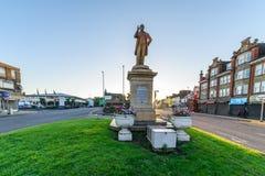 Northampton, Reino Unido - 10 de agosto de 2017: Opinión clara de la mañana del cielo Charles Branlaugh Monument en la calle Nort Imagenes de archivo