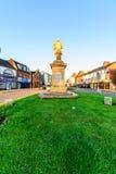 Northampton, Reino Unido - 10 de agosto de 2017: Opinión clara de la mañana del cielo Charles Branlaugh Monument en la calle Nort Foto de archivo
