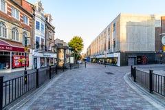 Northampton, Reino Unido - 10 de agosto de 2017: Opinión clara de la mañana del cielo de la calle de Abington en el centro de Nor Imágenes de archivo libres de regalías