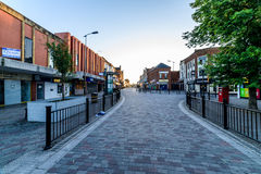 Northampton, Reino Unido - 10 de agosto de 2017: Opinión clara de la mañana del cielo de la calle de Abington en el centro de Nor Fotografía de archivo libre de regalías