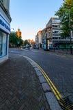 Northampton, Reino Unido - 10 de agosto de 2017: Opinión clara de la mañana del cielo de las calles del centro de Northampton Tow Fotos de archivo