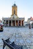Northampton, Reino Unido - 10 de agosto de 2017: Opinión clara de la mañana del cielo de toda la iglesia de los santos en el cent Foto de archivo