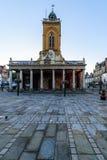 Northampton, Reino Unido - 10 de agosto de 2017: Opinión clara de la mañana del cielo de toda la iglesia de los santos en el cent Fotografía de archivo libre de regalías