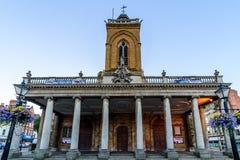 Northampton, Reino Unido - 10 de agosto de 2017: Opinión clara de la mañana del cielo de toda la iglesia de los santos en el cent Imagenes de archivo