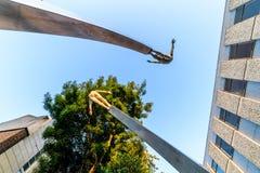 Northampton, Reino Unido - 10 de agosto de 2017: Opinión clara de la mañana del cielo del monumento de la DNA en la calle de Abin Fotografía de archivo